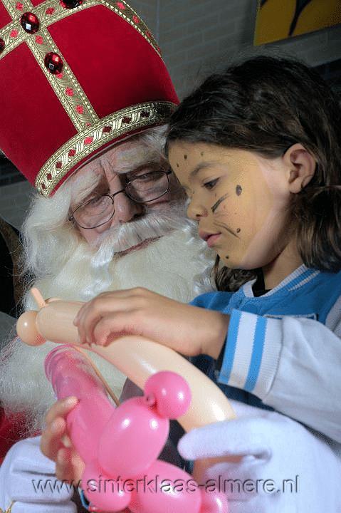 Sint en kind met ballonfiguren
