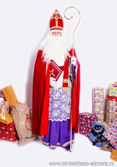 Sinterklaas met boek en staf