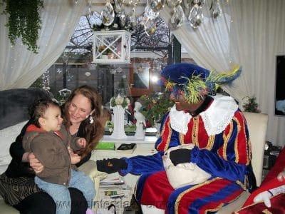 Kindje krijgt pepernoten van de Piet